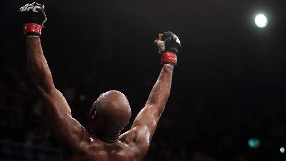 Anderson Silva comemora vitória após defender o cinturão contra o japonês Yushin Okami, durante o UFC Rio de Janeiro