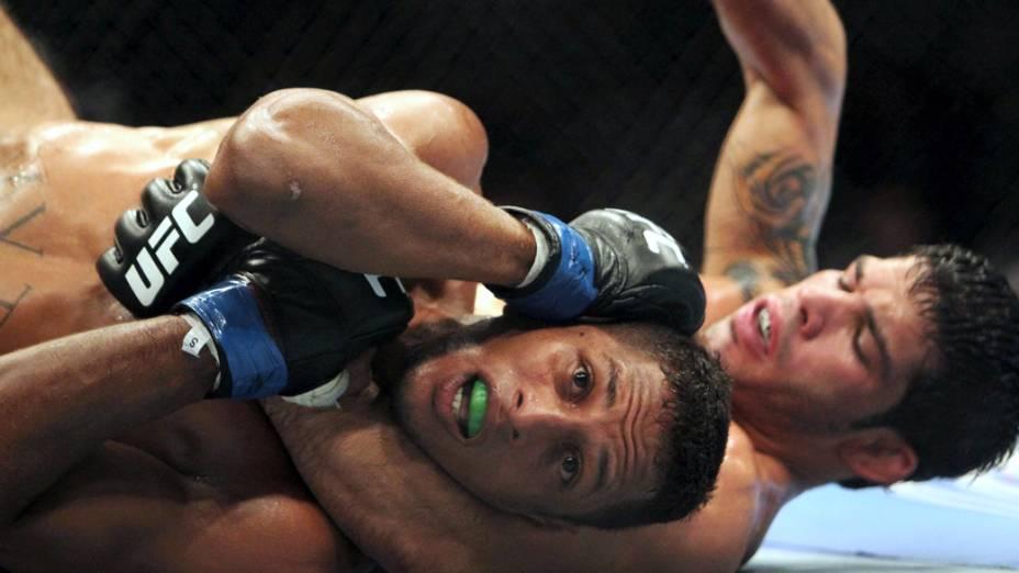 Os lutadores brasileiros Raphael Assunção e Johnny Eduardo, durante o UFC Rio de Janeiro