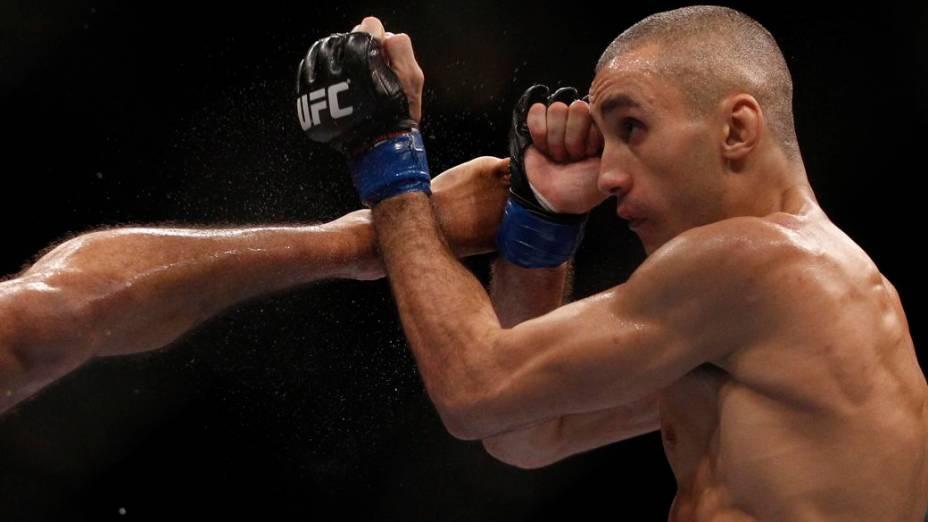 O britânico Terry Etim é chutado pelo brasileiro Edson Barboza, num dos mais espetaculares nocautes já vistos no MMA, no UFC Rio 2012