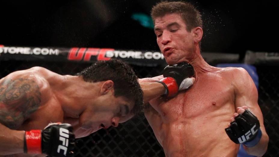 <br><br>  Thiago Tavares golpeia o canadense Sam Stout no UFC Rio 2012