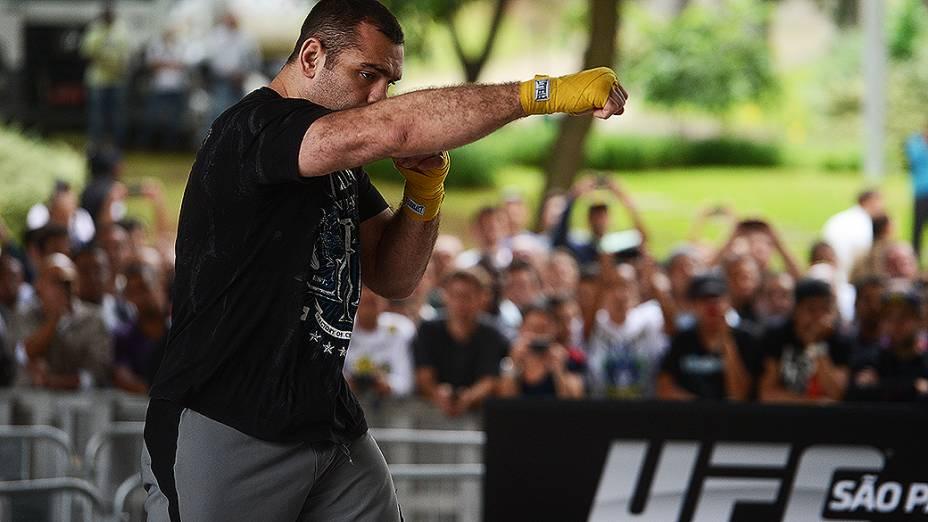 Gabriel Napão no treino livre do UFC, em São Paulo