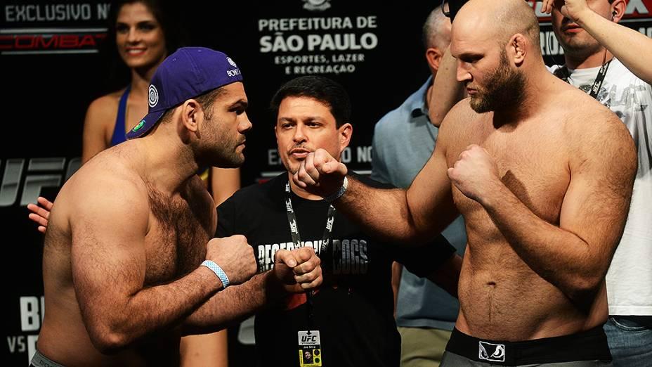 Gabriel Napão e Ben Rothwell durante pesagem do UFC São Paulo, no Ginásio do Ibirapuera