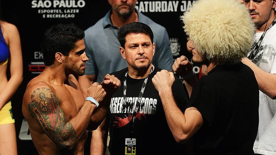 Thiago Tavares e Khabib Nurmagomedov durante pesagem do UFC São Paulo, no Ginásio do Ibirapuera