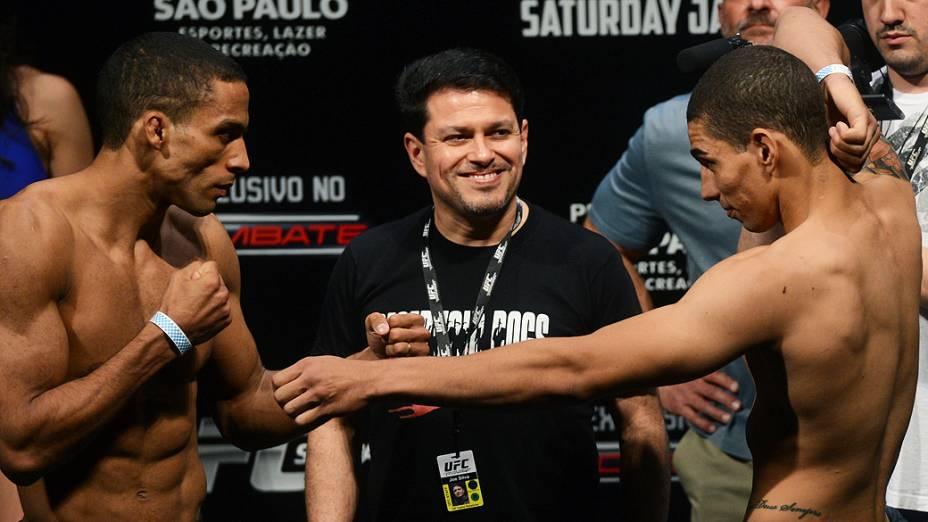 """Edson Barboza e Lucas """"Mineiro"""" Martins durante pesagem do UFC São Paulo, no Ginásio do Ibirapuera"""