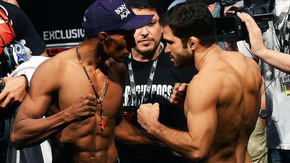 Iuri Marajó e Pedro Nobre durante pesagem do UFC São Paulo, no Ginásio do Ibirapuera