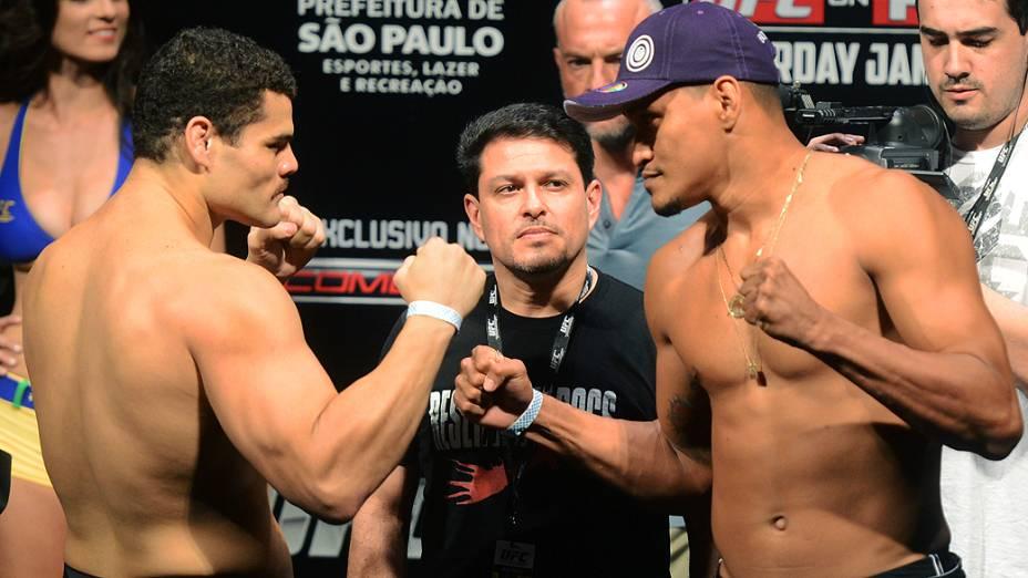 Wagner Caldeirão e Ildemar Marajó durante pesagem do UFC São Paulo, no Ginásio do Ibirapuera