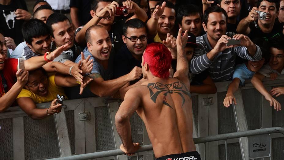Godofredo Pepey cumprimenta torcedores presentes no treino aberto do UFC SP no Vale do Anhangabaú em São Paulo, na manhã desta quarta-feira (16)