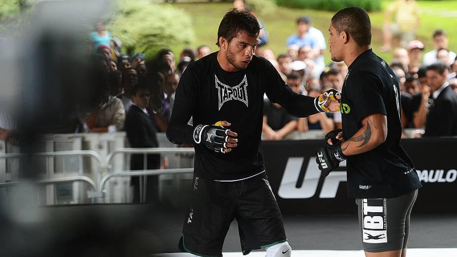 O lutador Milton Vieira faz aquecimento durante treino aberto do UFC SP, no Vale do Anhangabaú em São Paulo, na manhã desta quarta-feira (16)