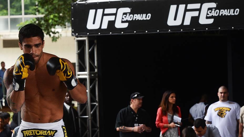 Thiago Tavares faz aquecimento durante treino aberto do UFC SP, no Vale do Anhangabaú em São Paulo, na manhã desta quarta-feira (16)