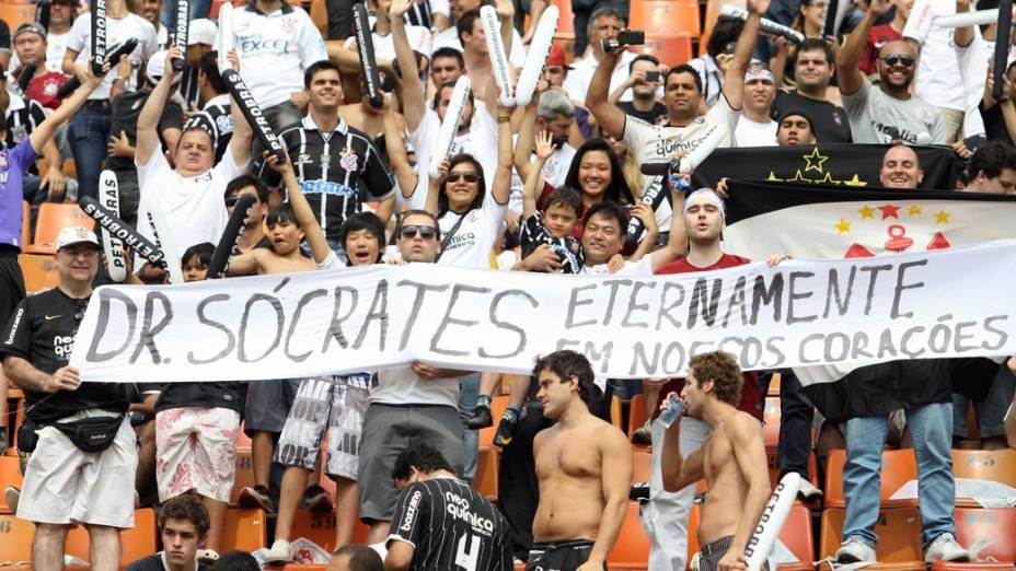 Torcedores do Corinthians homenageiam o ex-jogador Sócrates, falecido na madrugada de hoje, em São Paulo - 04/12/2011