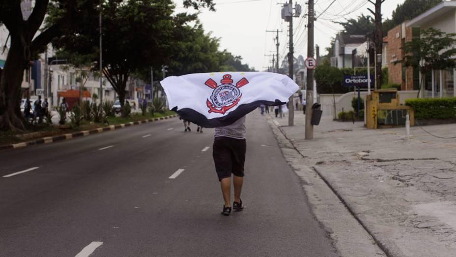 Torcedores do Corinthians chegam ao estádio do Pacaembu, em São Paulo - 04/12/2011