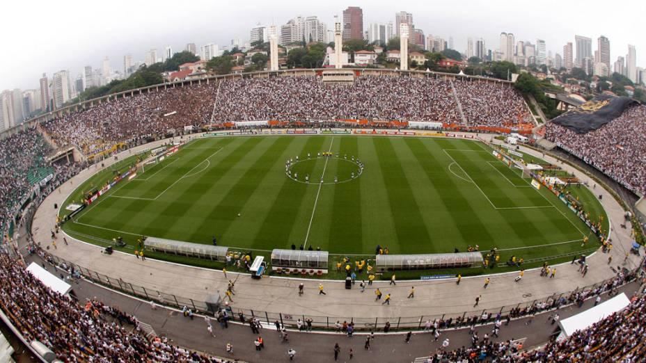 Vista geral do estádio do Pacaembu, em São Paulo, durante a partida entre Corinthians e Palmeiras, pelo Campeonato Brasileiro - 04/12/2011