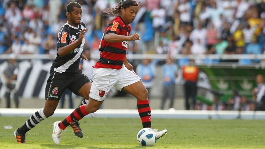 Gilmar e Ronaldinho disputam a bola, durante partida entre Vasco e Flamengo, pelo Campeonato Brasileiro - 04/12/2011