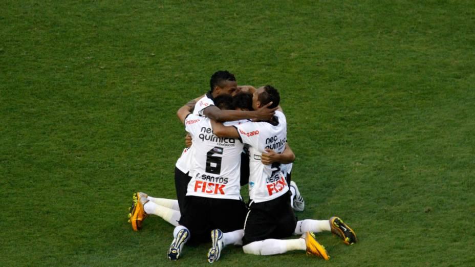 Jogadores do Corinthians comemoram o título de campeão brasileiro 2011, após partida contra o Palmeiras - 04/12/2011