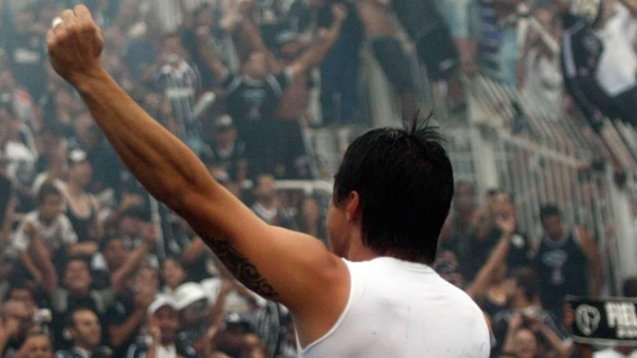 Willian, do Corinthians, comemora o título de campeão brasileiro 2011, após partida contra o Palmeiras - 04/12/2011
