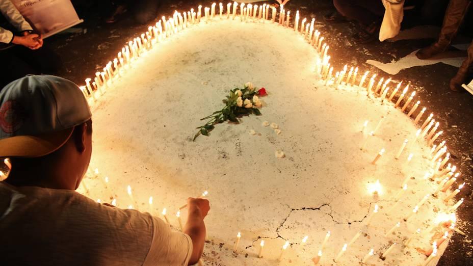 Vítimas, amigos e familiares fazem vigília diante dos escombros da boate Kiss na madrugada de segunda-feira, 27, na cidade gaúcha de Santa Maria. O incêndio na boate ocorreu há exatamente um ano, na madrugada do dia 27 de janeiro de 2013