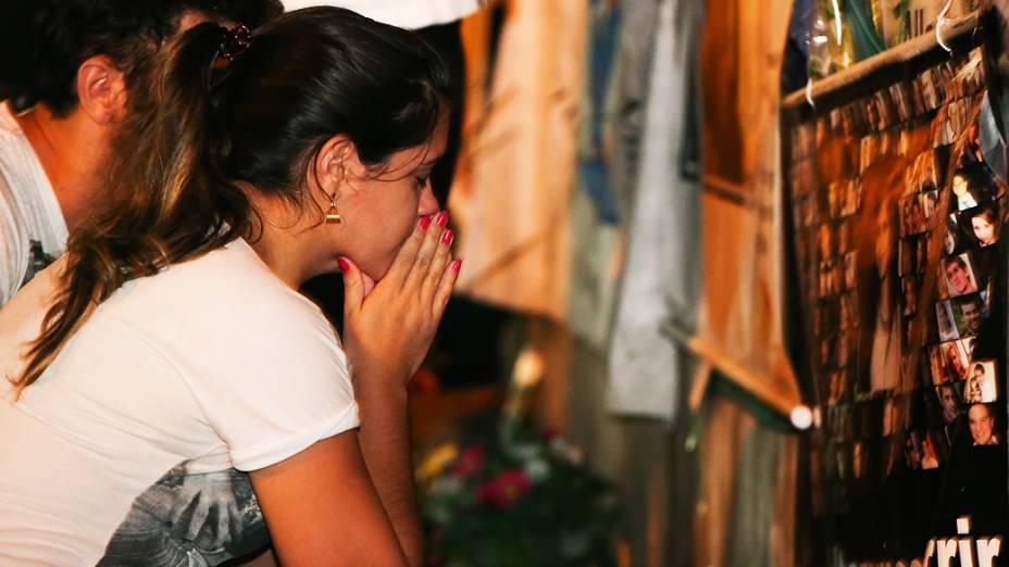 Amigos e familiares prestam homenagem aos mortos na tragédia da boate Kiss, na madrugada desta segunda-feira (27)
