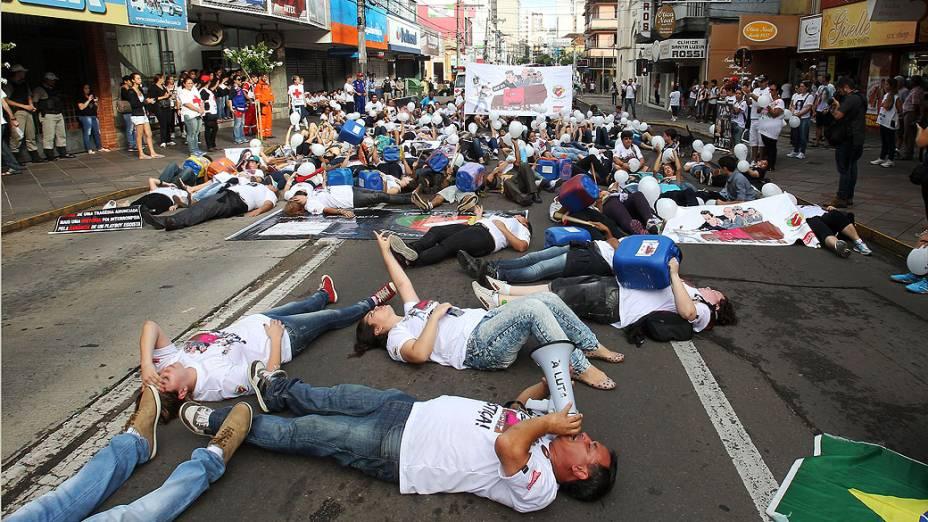 Familiares e amigos das vítimas do incêndio na Boate Kiss, saíram pelas ruas da cidade em caminhada até o Ministério Público, pedindo justiça pelas 242 mortes