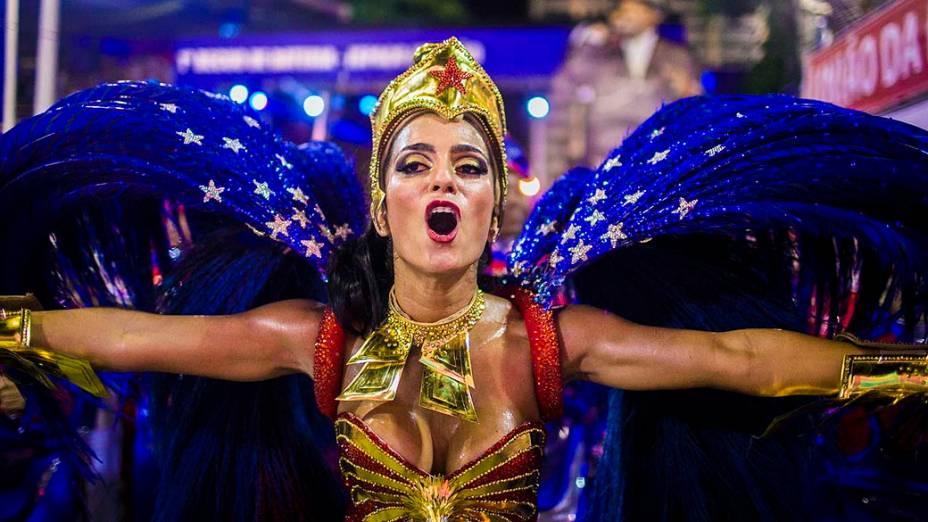A rainha de bateria Bruna Bruno durante o desfile da escola de samba União da Ilha do Governador pelo grupo especial, na Marquês de Sapucaí no Rio de Janeiro (RJ), nesta segunda-feira (3)