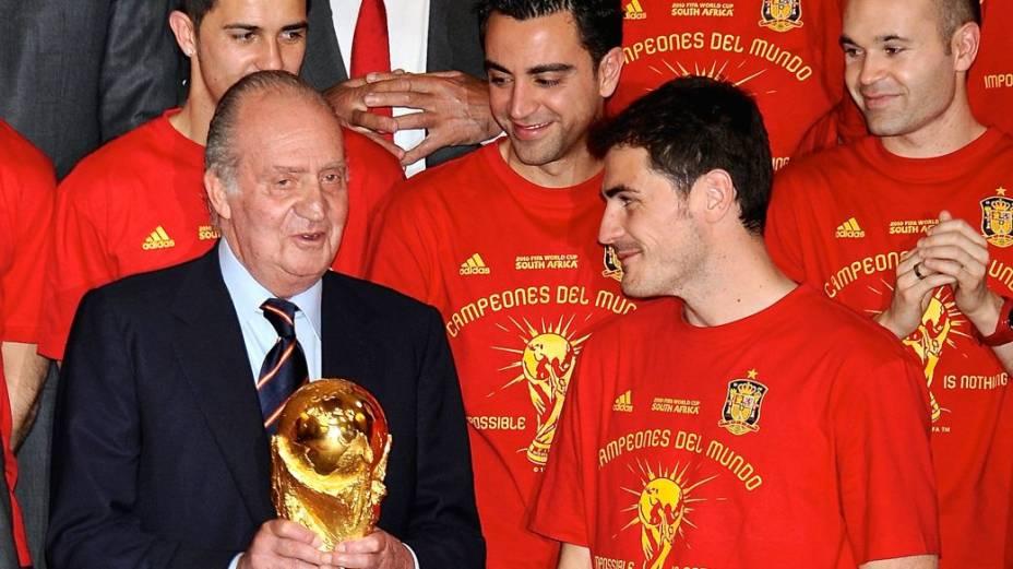 Rivais unidos na seleção espanhola: Xavi, Iniesta e Casillas com o rei Juan Carlos