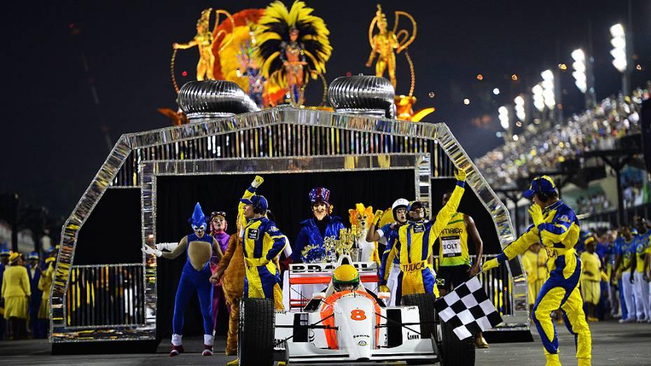 """Comissão de frente da Unidos da Tijuca na Marquês de Sapucaí, encerrando os desfiles do grupo especial do Carnaval carioca com o enredo """"Acelera Tijuca!"""", que homenageouAyrton Senna"""