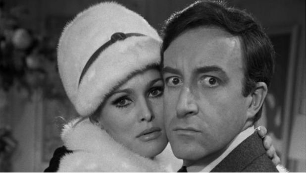 A Bond girl Ursulla Andress ao lado de Peter Sellers