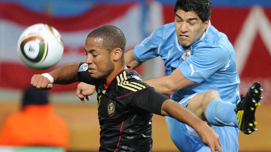 Lance entre  Luis Suarez e Dennis Aogo durante partida entre Uruguai e Alemanha pela disputa dos terceiro e quarto lugares da Copa do Mundo da África do Sul
