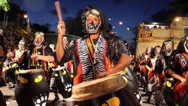 Um grupo de candomblé participa do desfile de Llamadas, o espetáculo mais popular do Carnaval do Uruguai, em Montevidéu - 09/02/2012