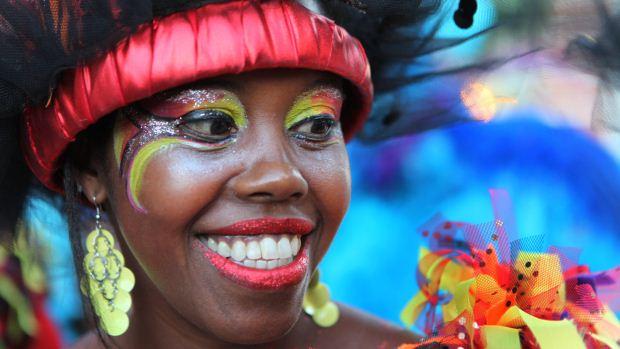 Mulher participa do desfile de Llamadas, o espetáculo mais popular do Carnaval do Uruguai, em Montevidéu - 09/02/2012