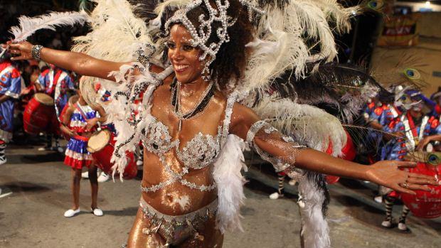 Mulher participa do desfile de Llamadas, o espetáculo mais popular do Carnaval do Uruguai, em Montevidéu - 09/02/2012<br>
