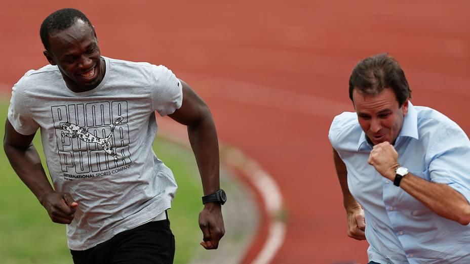 Eduardo Paes corre ao lado do medalhista olímpico Usain Bolt, na Vila Olímpica do Mato Alto, em Jacarepaguá