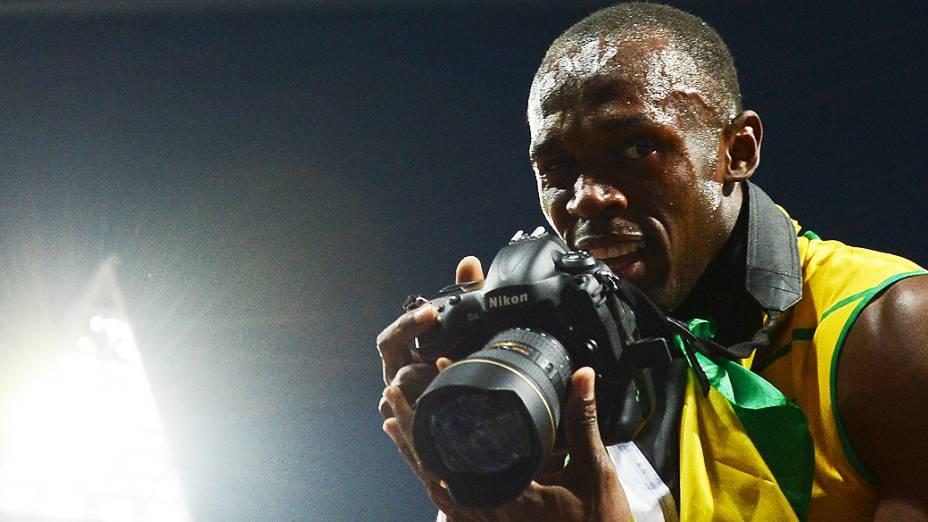 Usain Bolt brinca com os fotógrafos depois de vencer os 200 m em Londres