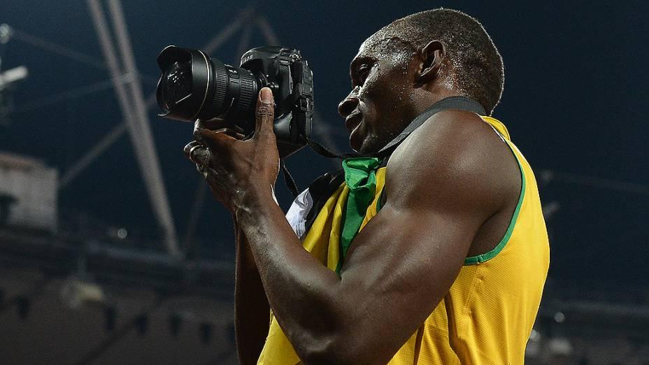 """Usain Bolt """"rouba"""" máquina de fotógrafos na comemoração do bicampeonato olímpico dos 200 m, em Londres"""