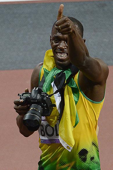 Bolt tira foto com câmera de fotógrafo após a conquista dos 200 m rasos, em Londres