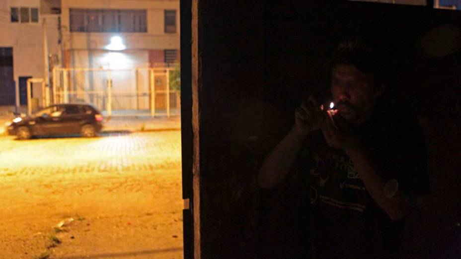 Usuário consome crack em casa abandonada de Porto Alegre