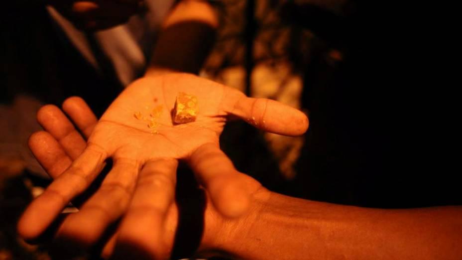 Usuário mostra pedra de crack no centro velho de Salvador