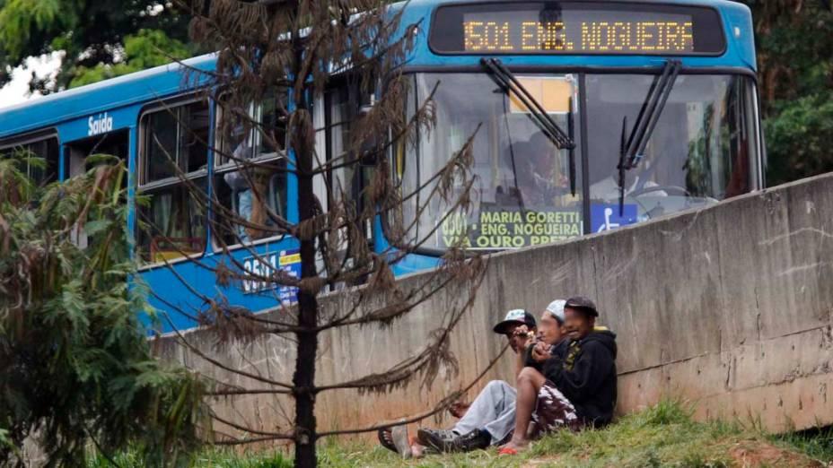 Usuários de crack fumam durante o dia no centro de Belo Horizonte