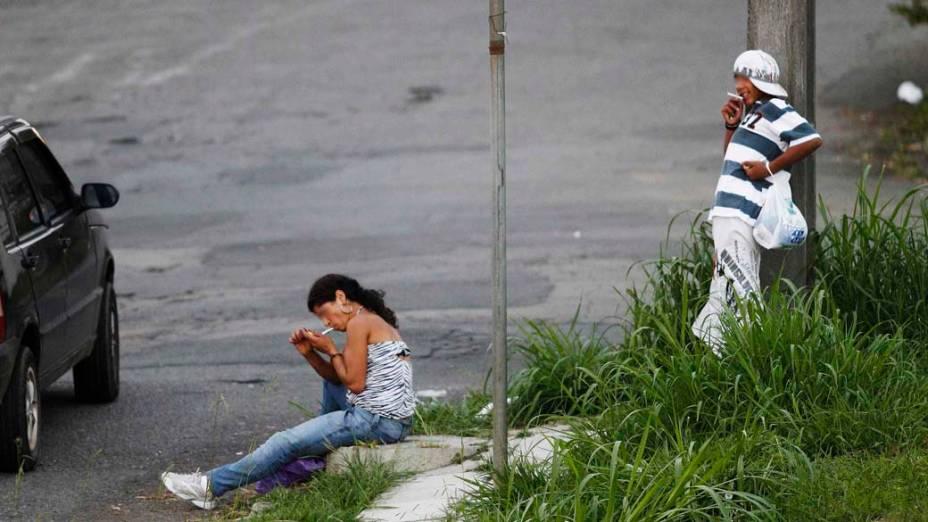 Usuários de crack fumam em bairro de Curitiba