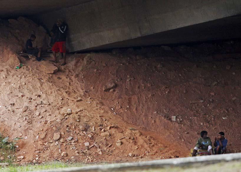 Viciados fumam crack embaixo de viaduto em Belo Horizonte