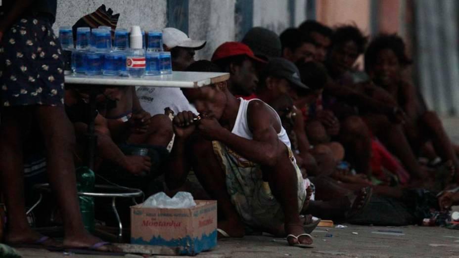 Pessoas fumam crack reunidas no bairro Jacaré no Rio de Janeiro