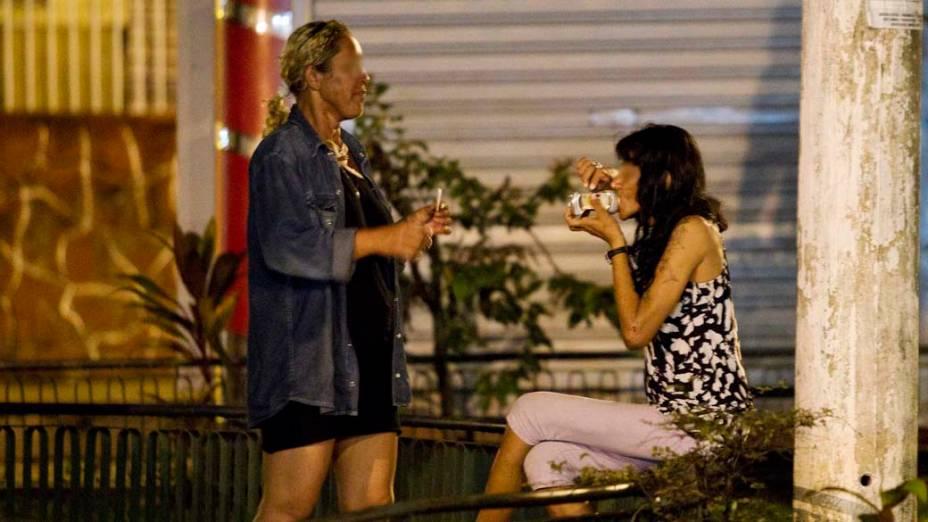 Mulheres consomem crack no centro de Manaus
