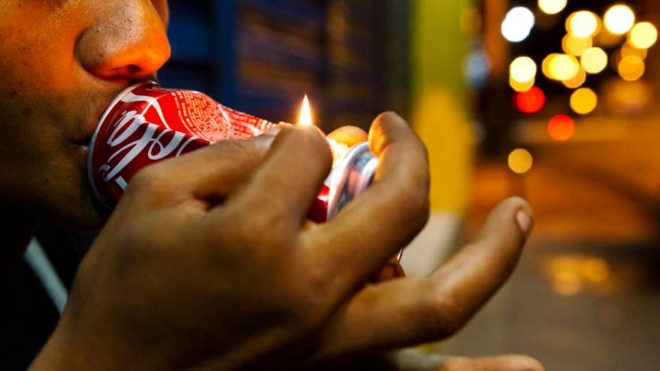 Jovem consome crack no centro de Manaus