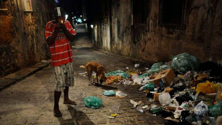 Jovem fuma crack no centro velho de Salvador