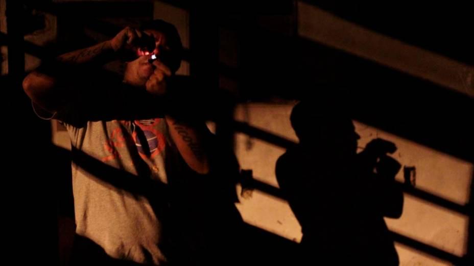 Homem consome crack em casa abandonada em Porto Alegre