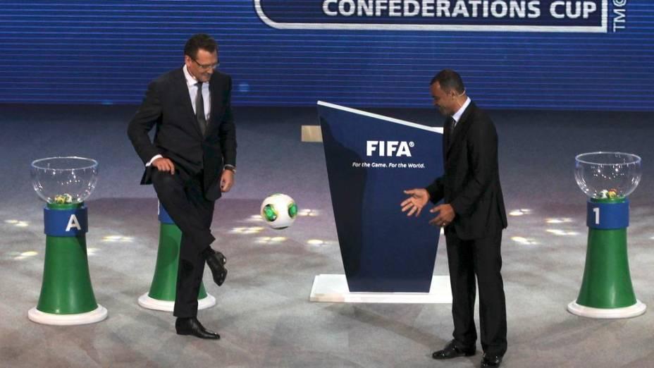 O secretário-geral da Fifa, Jérôme Valcke, brinca com Cafu na apresentação da bola oficial da Copa das Confederações, no sorteio dos grupos do torneio, em São Paulo
