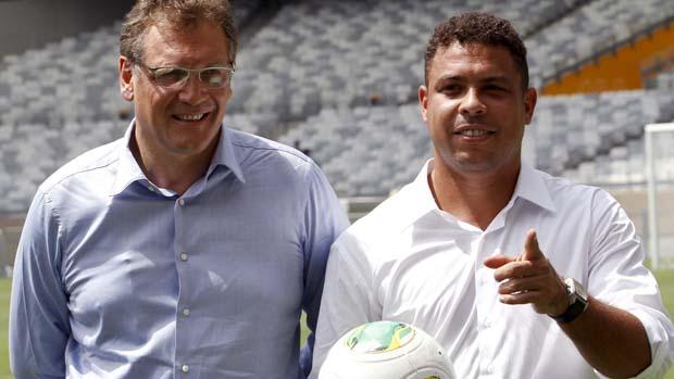 O secretário da Fifa, Jerome Valcke, e Ronaldo no estádio Mineirão