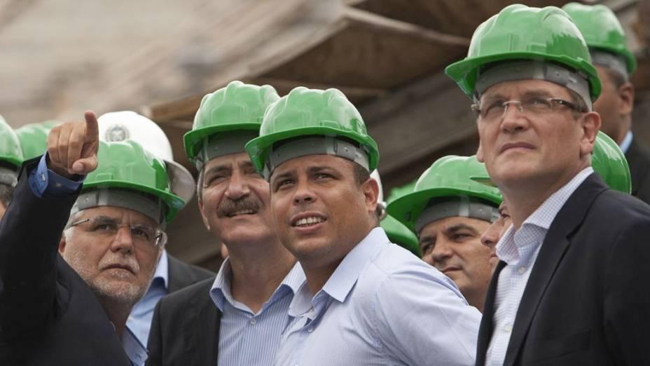Jérôme Valcke (à dir.) e Ronaldo visitam as obras do Maracanã