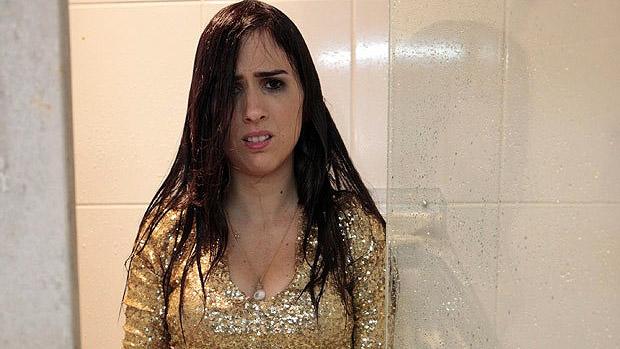 Valdirene (Tata Werneck) tenta seduzir o lutador de MMA Vitor Belfort, que a joga debaixo do chuveiro
