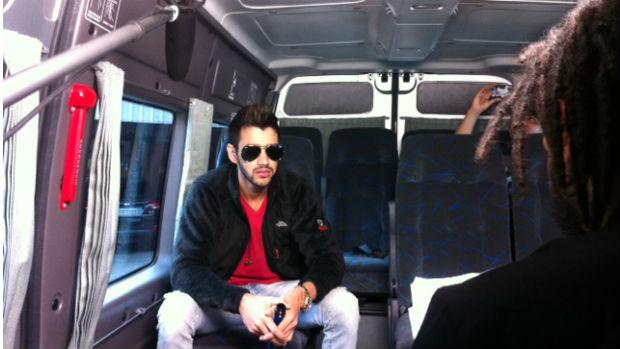 O cantor Gusttavo Lima grava vídeo de bastidores do Vevo Go Show dentro de uma van em São Paulo