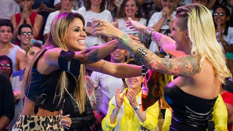 Vanessa é recebida por Clara após vencer o BBB14